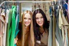 Jeunes belles femmes au magasin de tissu Meilleurs amis partageant le temps gratuit ayant l'amusement et faisant des emplettes au Images stock