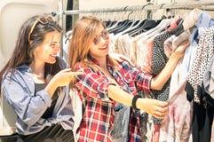 Jeunes belles femmes au marché hebdomadaire de tissu Photographie stock libre de droits