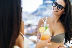 Jeunes belles femmes buvant des cocktails Image libre de droits