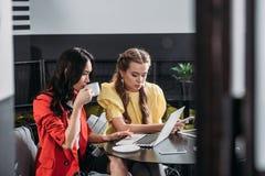 jeunes belles femmes d'affaires coworking Image libre de droits