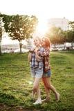 Jeunes belles filles heureuses de meilleurs amis Image libre de droits