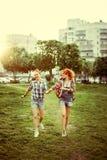 Jeunes belles filles heureuses de meilleurs amis Photos libres de droits