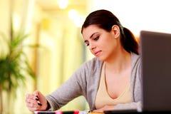 Jeunes belles notes heureuses d'écriture de femme Image stock