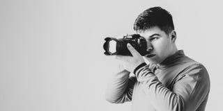 jeunes blancs de photographe d'isolement par appareil-photo de fond photographie stock libre de droits