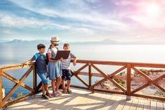 Jeunes bloggers sur la plage Endroits pittoresques de la Grèce photo stock