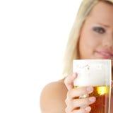 jeunes blonds de bière atractive Photographie stock