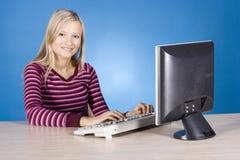 jeunes blonds de femme d'ordinateur Images stock