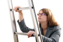 jeunes businesslady d'échelle Photo libre de droits
