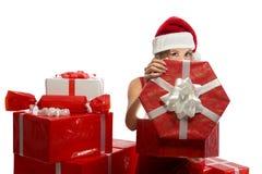 Jeunes cadeaux de Noël femelles attrayants d'ouverture photo stock