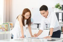 Jeunes cadres heureux asiatiques, employés discutant le nouveau projet images stock
