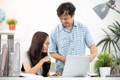 Jeunes cadres heureux asiatiques, employés discutant le nouveau projet image libre de droits