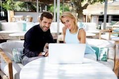Jeunes cadres ou couples des professionnels travaillant au filet-livre Image libre de droits