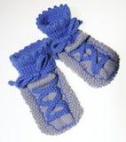 Jeunes chaussettes de bébé, tricotées dans le regard d'espadrille Photos libres de droits