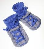 Jeunes chaussettes de bébé, tricotées dans le regard d'espadrille Photos stock