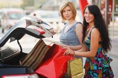 Jeunes clients sur un stationnement de véhicule Photo stock