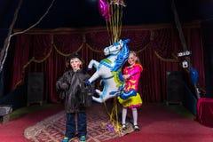 Jeunes clowns sur l'étape avec des ballons Image libre de droits