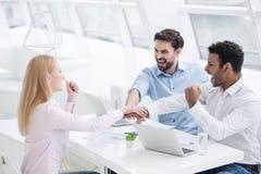 Jeunes collègues ayant la session de séance de réflexion dans le bureau moderne images stock