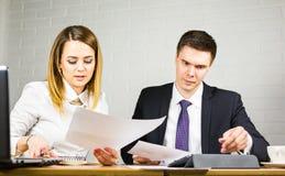 Jeunes collègues d'affaires discutant le travail sur un ordinateur portable dans l'espace de Co-travail, hommes d'affaires d'entr Photographie stock libre de droits