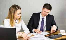 Jeunes collègues d'affaires discutant le travail sur un ordinateur portable dans l'espace de Co-travail, hommes d'affaires d'entr Photo stock