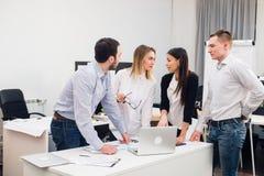 Jeunes collègues de groupe prenant de grandes décisions économiques Bureau moderne créatif de Team Discussion Corporate Work Conc photographie stock libre de droits