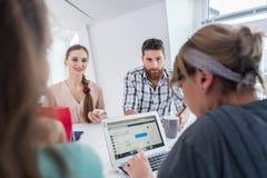Jeunes collègues dignes de confiance pensant aux solutions et aux idées réussies Image stock