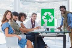 Jeunes concepteurs au cours d'une réunion Photo stock