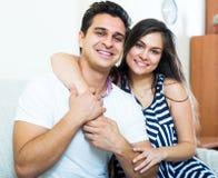 Jeunes conjoints de sourire posant et étreindre Image libre de droits