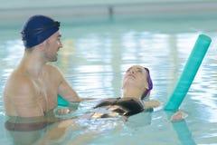 Jeunes couples à apprécier de piscine Photo libre de droits