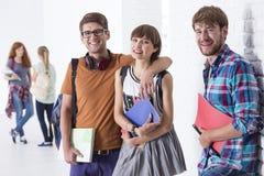 Jeunes couples à l'école Photos libres de droits