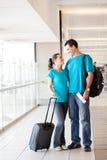 Jeunes couples à l'aéroport Photographie stock