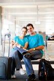 Jeunes couples à l'aéroport Image libre de droits