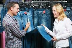 Jeunes couples à l'achat de vêtements Photos libres de droits