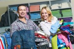 Jeunes couples à l'achat de vêtements images libres de droits