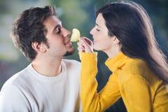 Jeunes couples à l'extérieur Photo libre de droits