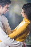 Jeunes couples, à l'extérieur Image libre de droits