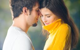 Jeunes couples, à l'extérieur images stock