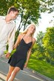 Jeunes couples à l'extérieur Photos stock