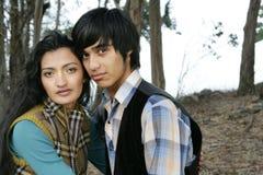 Jeunes couples à l'extérieur Image libre de droits