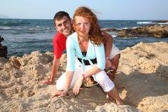 Jeunes couples à l'extérieur Images stock