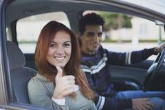 Jeunes couples à l'intérieur de la voiture Image stock