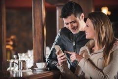 Jeunes couples à la barre photo libre de droits