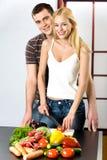 Jeunes couples à la cuisine Photographie stock