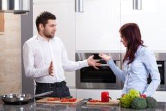 Jeunes couples à la cuisine images libres de droits