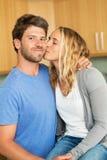 Jeunes couples à la maison dans la cuisine photo stock