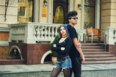 Jeunes couples à la mode élégants dans la ville photos stock