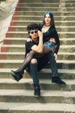 Jeunes couples à la mode élégants dans la ville image stock
