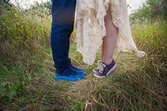 Jeunes couples à la mode dans des espadrilles sur la nature, jambes, mode de vie-concept Images libres de droits