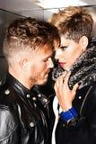 Jeunes couples à la mode dans l'amour Photos stock
