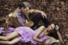 Jeunes couples à la mode et attrayants Photographie stock
