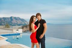 Jeunes couples à la mode Fond de vacances de vacances beau Photographie stock